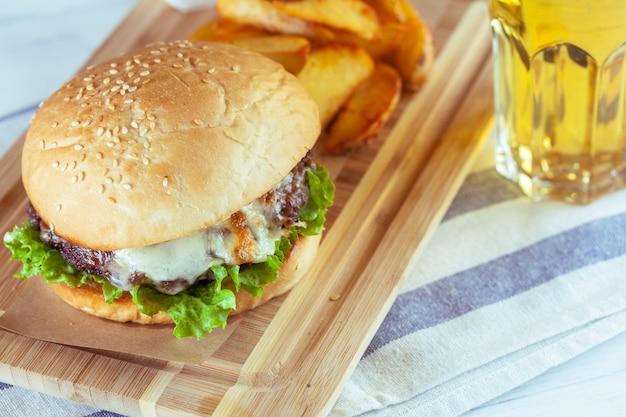 Hamburger en friet op houten tafel