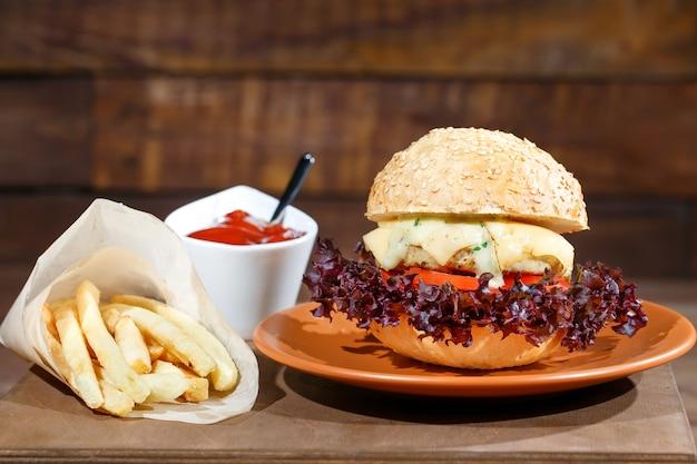 Hamburger en frieten op de houten tafel