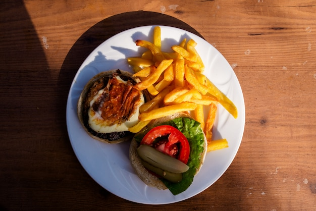 Hamburger en frietjes op een bord