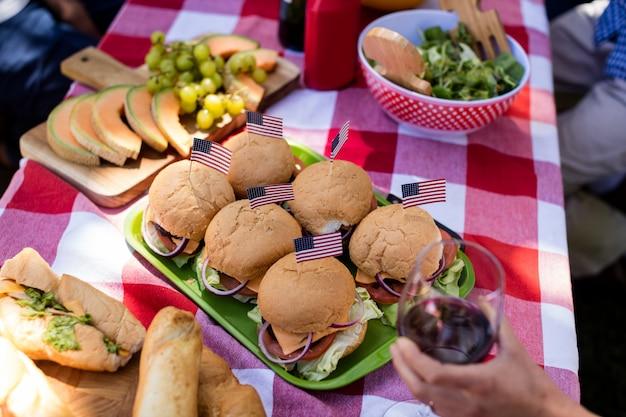Hamburger en fruit op tafel