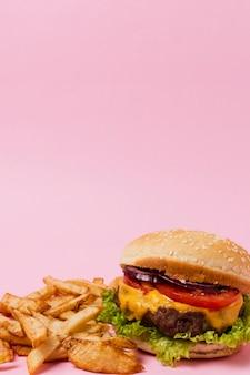 Hamburger met friet en kopie ruimte
