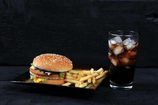 Hamburger met frieten op een plaat