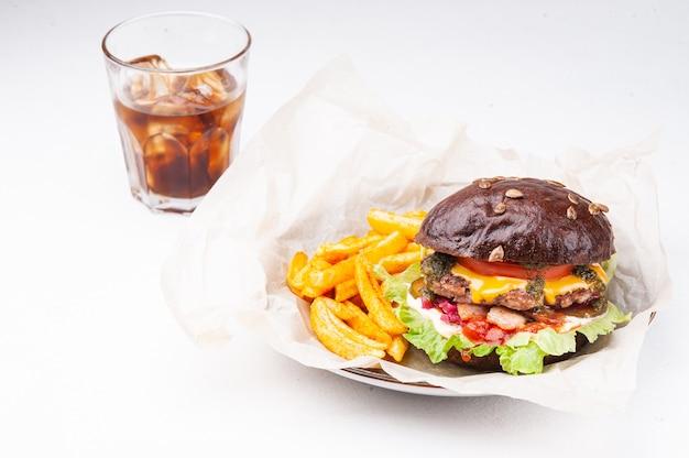 Hamburger met frietjes en drankje op witte achtergrond