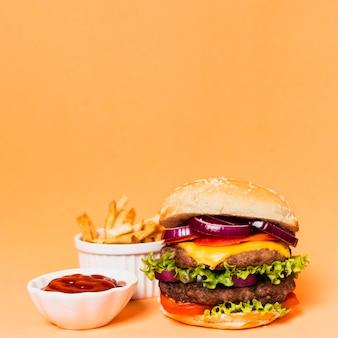 Hamburger met frietjes en ketchup