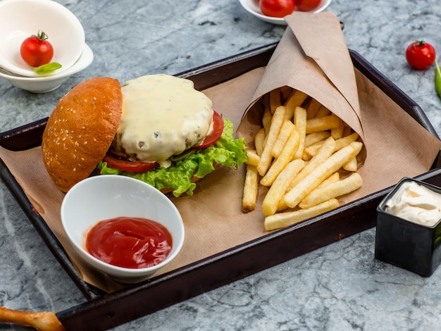 Hamburger met frietjes op de tafel