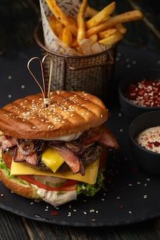 Hamburger met frietjes