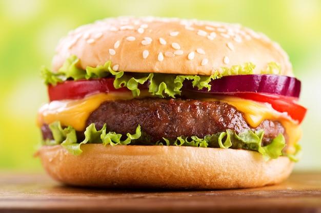 Hamburger met groenten op een houten bord