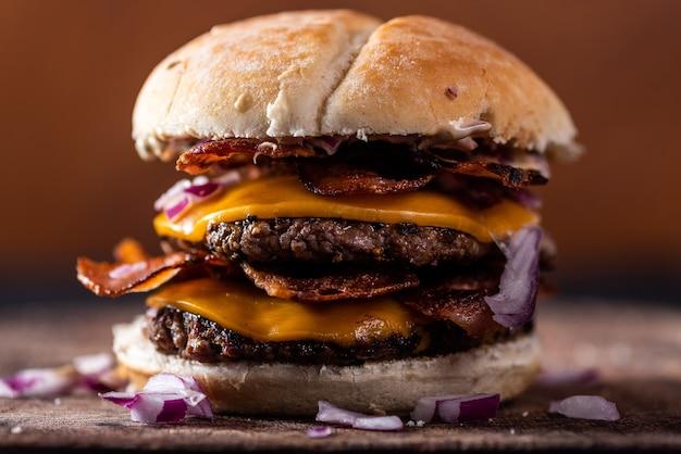 Hamburger met kaas en spek