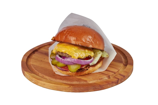 Hamburger met kaas op houten ronde bord geïsoleerd op wit