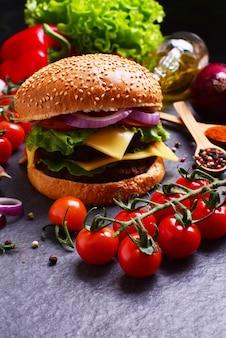 Hamburger met kaas, ui, tomaat en sla