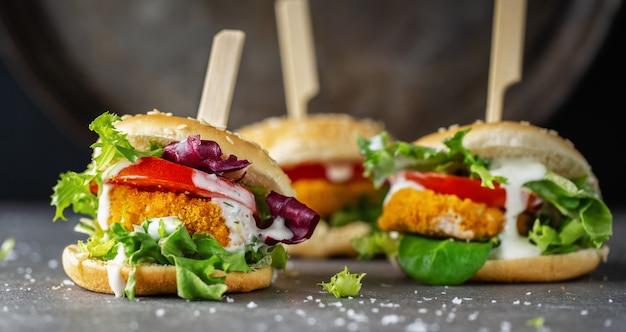 Hamburger met kippenpasteitje en groenten