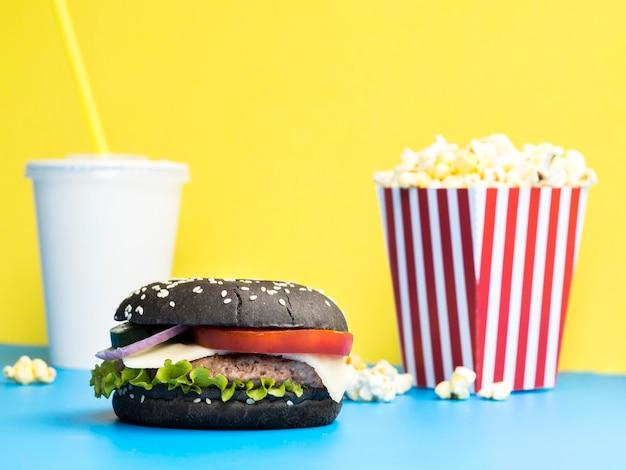 Hamburger met popcorn en frisdrank