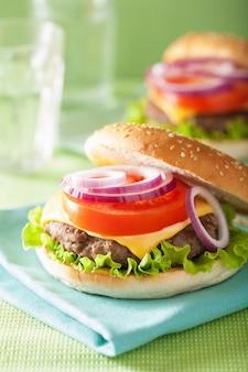 Hamburger met runderpasteitje, kaas, ui, tomaat