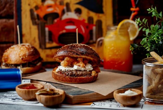 Hamburger met vlees witte en gebakken kaas