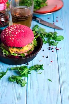 Hamburger met worst en kruiden