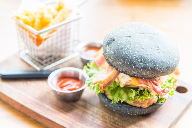 Hamburger met zwart brood