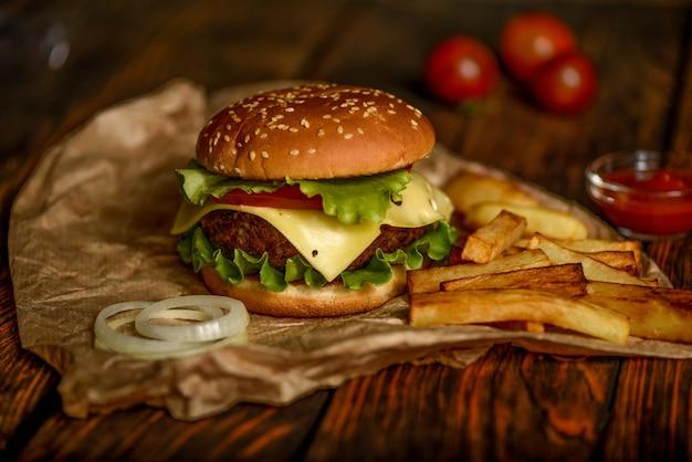 Hamburger of hamburger op perkamentpapier op een houten tafel selectieve aandacht