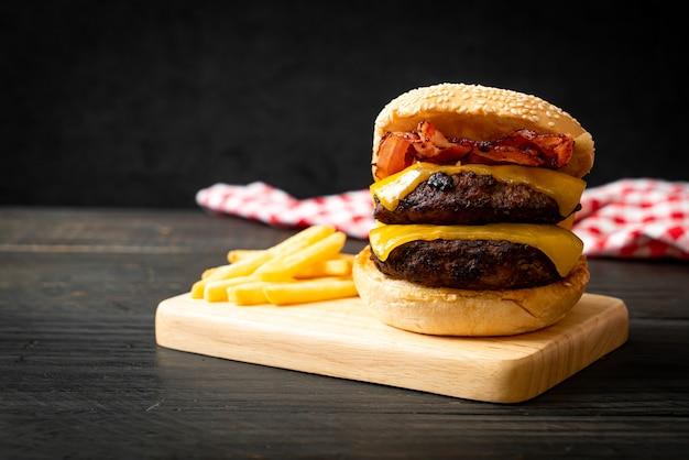 Hamburger of runderburgers met kaas en spek - ongezonde voedingsstijl