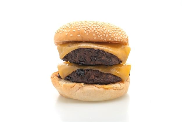 Hamburger of rundvleesburgers met geïsoleerde kaas