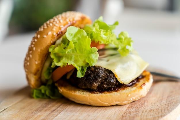 Hamburger op de houten plaat. snel voedselconcept