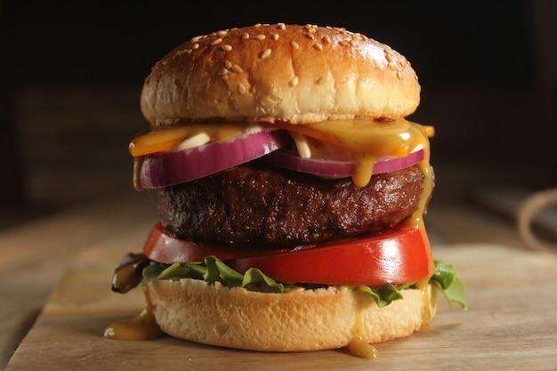 Hamburger op een houten bord