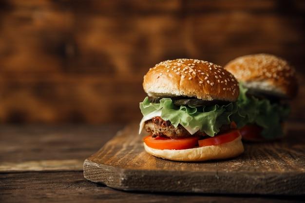 Hamburger op een houten