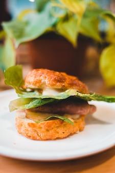 Hamburger op witte keramische plaat