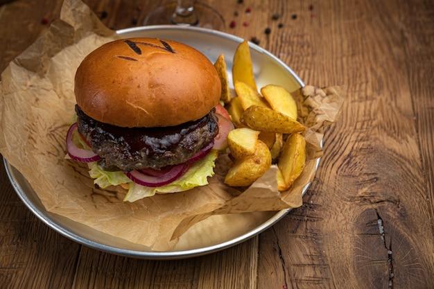 Hamburger van het menu van een amerikaans restaurant. op een houten tafel