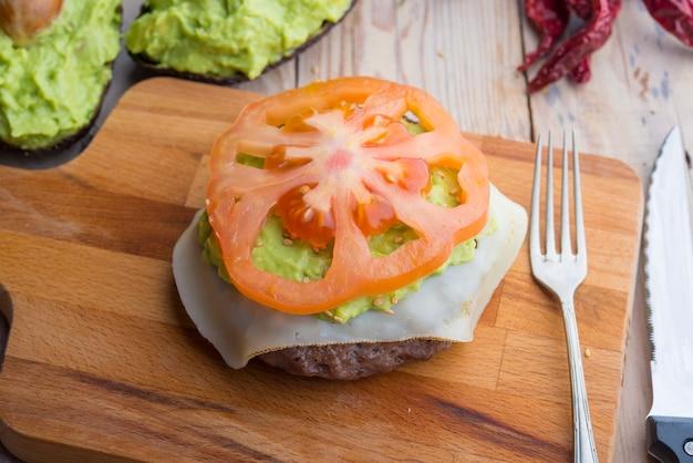 Hamburger van zwarte agus met guacamole