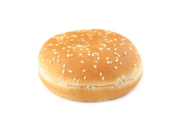 Hamburgerbroodje dat op een witte achtergrond wordt geïsoleerd. bovenaanzicht.