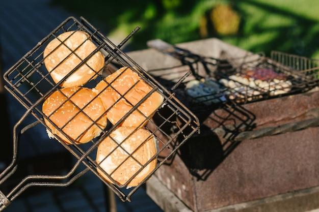 Hamburgerbroodje omgedraaid op de grill