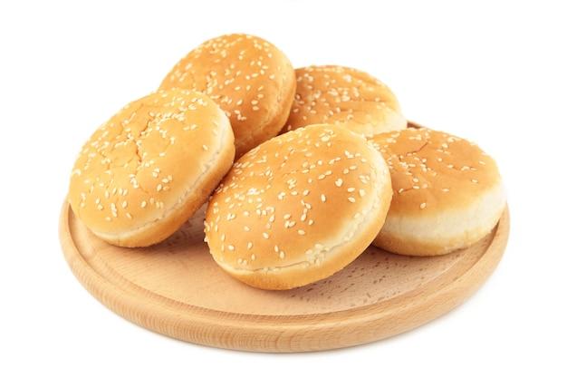 Hamburgerbroodjes op snijplank geïsoleerd op een witte achtergrond. bovenaanzicht.