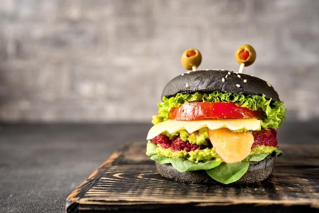 Hamburgermonster voor halloween-viering op dark