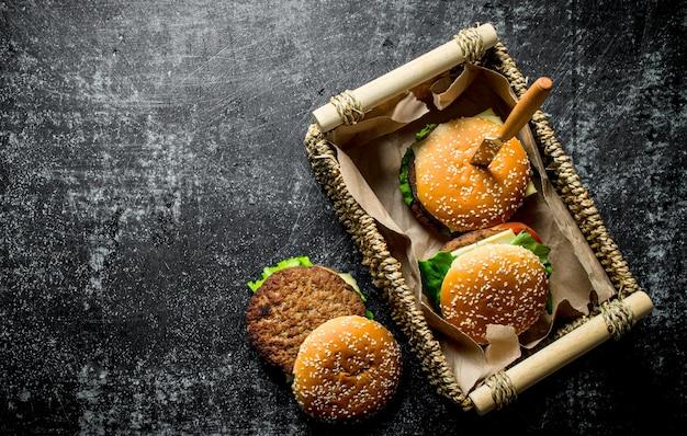 Hamburgers in een mand met een mes op houten tafel