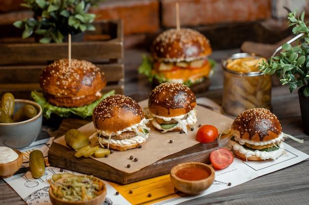 Hamburgers met frietjes en turshu