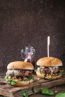 Hamburgers met rundvlees en spinazie