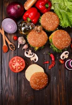 Hamburgers van de beste producten op een houten achtergrond
