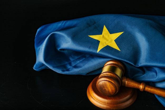 Hamer en europese unie vlag