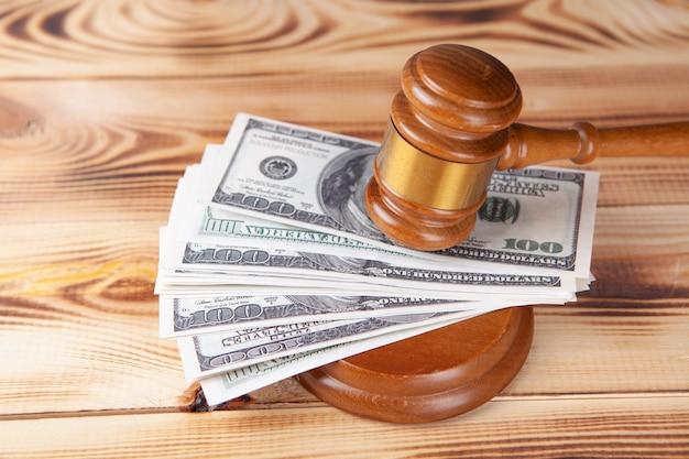 Hamer en geld in de rechtbank.