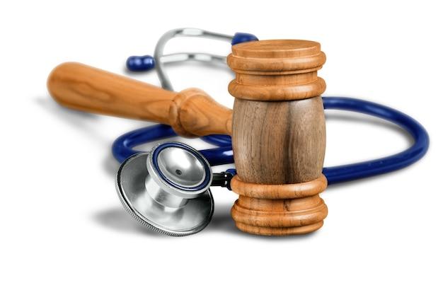 Hamer en stethoscoop op achtergrond, symboolfoto voor geknoei en medische fout