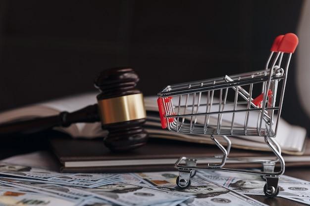 Hamer hamer rechter geld dollar. financieel concept, omkoping, corruptie. zaken, rechtbank, recht. aankomst en straf