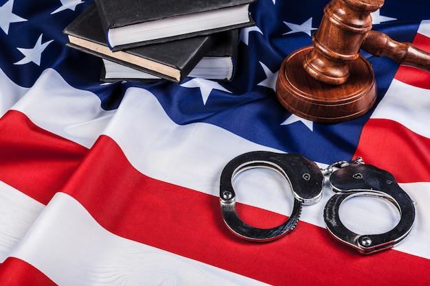 Hamer, handboeien en amerikaanse vlag