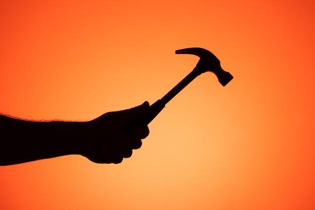 Hamer met één hand vastgehouden. silhouetfotografie