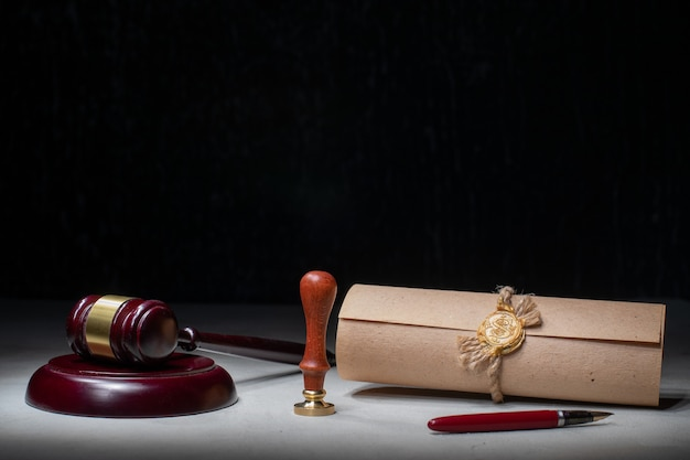 Hamer notaris's pen en stempel op testament en testament. notaris-instrumenten