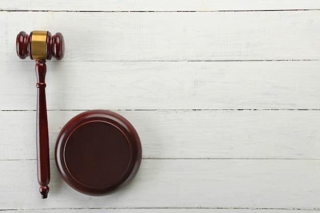Hamer op houten tafel, bovenaanzicht