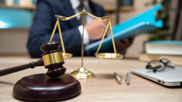 Hamer op tafel. advocaat die in rechtszaal werkt.