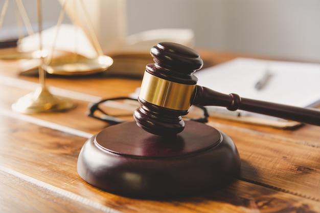 Hamer van de rechter en weegschaal