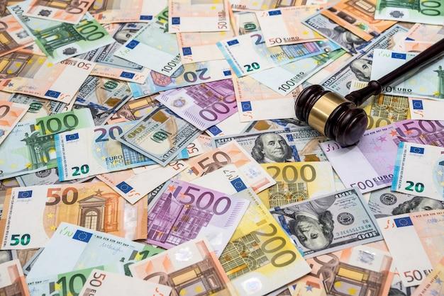 Hamer van de rechter op de achtergrond van dollar- en eurorekeningen
