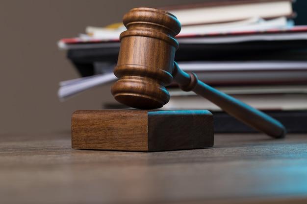 Hamer van rechter tegen map