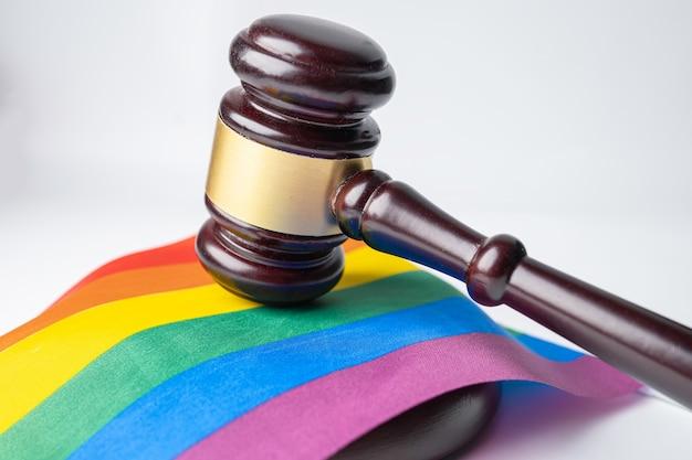 Hamer voor rechter advocaat op regenboogvlag.
